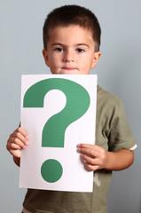 bambino mostra cartello con punto interrogativo