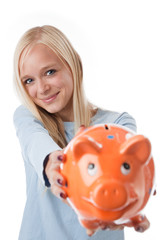 junge frau zeigt sparschwein