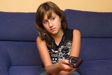 chica con mando de la televisión