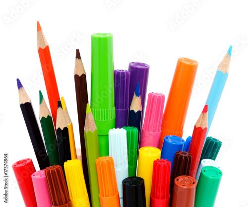 crayons de couleur et feutres