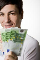 Junger Mann mit Euroscheinen,