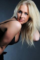 Schöne blonde Frau in Dessous