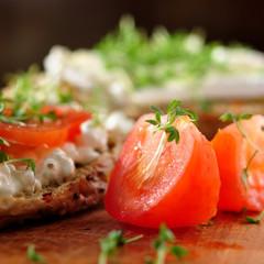 frischer vollkornsnack mit tomaten