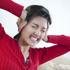 jeune femme souffrance bruit