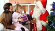 Fillette recevant des cadeaux le jour de Noël