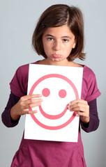 bambina con cartellone faccia felice