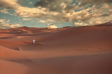 Un uomo solo nel deserto