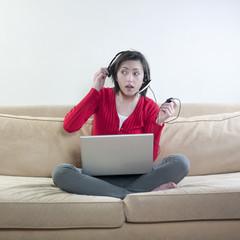 femme écoute ordinateur portable