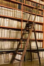 Vieux étagères bibliothèque de livres et escabeau en bois sur la chaussée
