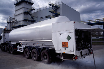 process of cooled liquid loading on an air separation plan