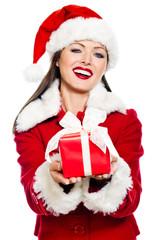 Frau im Weihnachtskostüm überreicht ein Geschenk