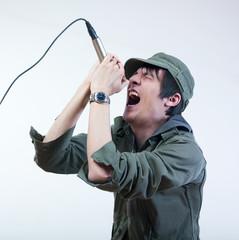 chanteur micro casquette