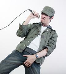jeune homme chanteur micro vêtements kaki