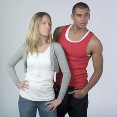 couple regardant ensemble du même côté