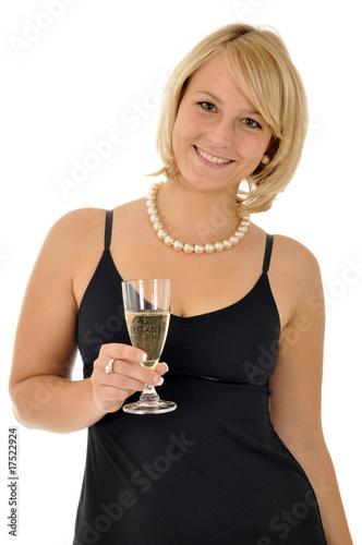 Junge Frau in Abendkleid mit Sektglas - 17522924