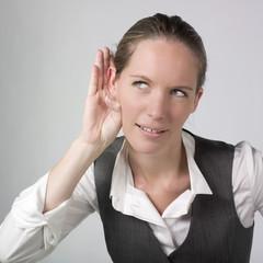 jeune femme d'affaires écoute sourire