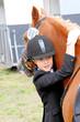 Mädchen umarmt ihr Pony
