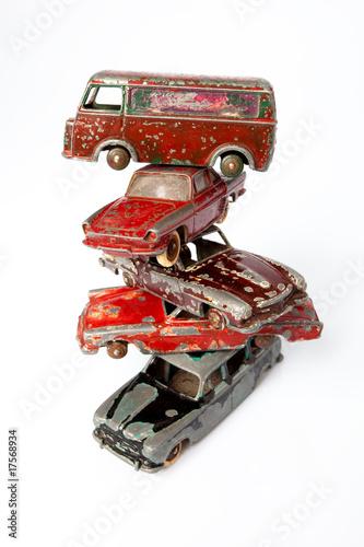 casse automobile voiture jouet ancien cassé abîmé empiler tour v