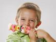 Niño comiendo golosinas.