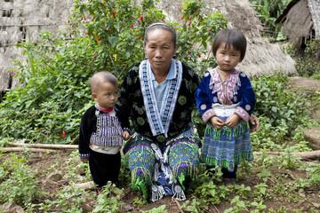 Kinder mit Frau von Asien, Volksgruppe Meo, Hmong