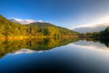 Fototapety riflessi sul lago al tramonto in autunno