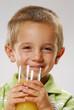 Niño tomando jugo.