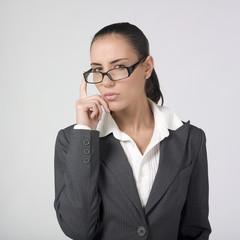 femme d'affaires regard au dessus lunettes