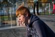 Jugendlicher fährt BMX auf dem Bikepark und macht Tricks