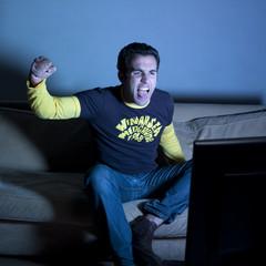 jeune homme énervement télévision soirée