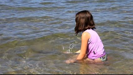 Ramasser des coquillages dans l'eau