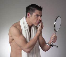 jeune homme nu sportif se regardant miroir