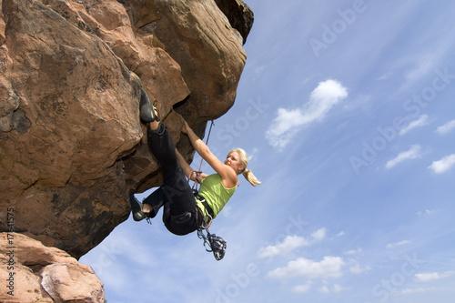 Junge Frau beim Sportklettern