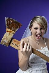zornige junge Braut mit einer Axt