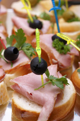 Open sandwiches with ham, olives and greens