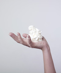 main portant une part de crème fraiche