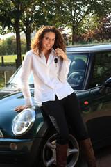jeune femme heureuse avec les cles de sa nouvelle voiture
