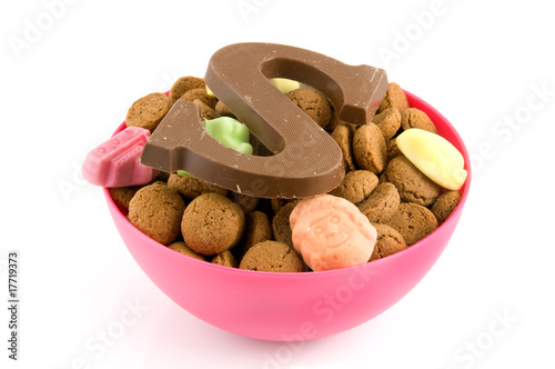 Pink bowl with pepernoten and candy