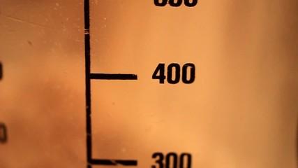 400 Gramm Mehl einfüllen