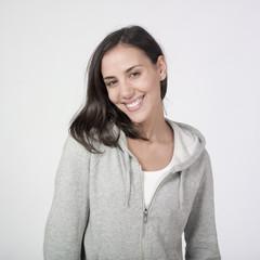 jeune femme relax souriante survêtement sport