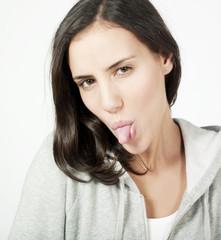 jeune femme tirer la langue
