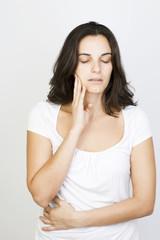 Junge hübsche Frau mit Zahnschmerzen