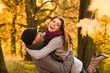 Liebespaar macht Spaß im Herbstwald