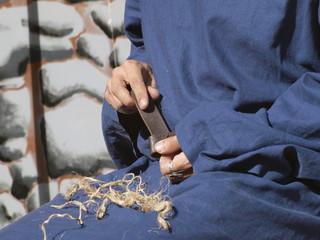 Artesano trabajando con el cinturón de cuero