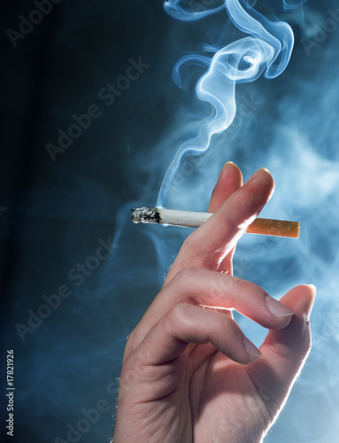 HAND CIGARETTE SMOKE - 17821926
