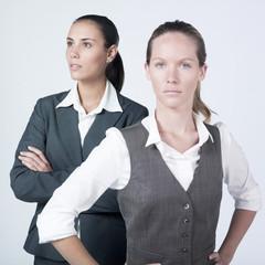 jeunes femmes d'affaires sérieuse équipe