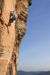 Junge Frau klettert