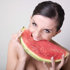 jeune femme dévêtue croquant fruit