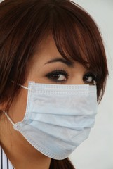 Junge Frau mit Pandemie - Maske