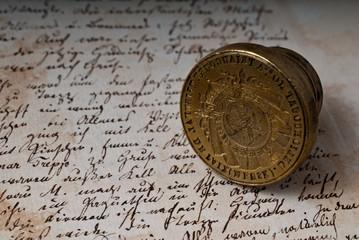 Altes handschriftliches Dokument mit einem Metallsiegel