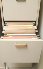 Mueble archivador con carpetas colgantes